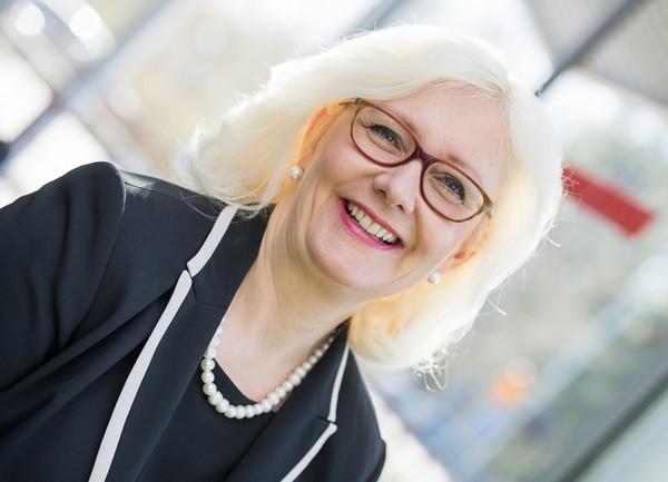 Rehtori Åsa Stenbacka on ylpeä Vaasan ammattiopistosta, sen sitoutuneesta, osaavasta henkilökunnasta ja hyvistä opiskelijoista. Energiaosaamisestaan tunnetun Vaasan seudun hyvinvointia rakentavat diplomi-insinöörien ja insinöörien lisäksi ammattitaitoiset, ammatillisen peruskoulutuksen saaneet käytännön osaajat, rehtori muistuttaa.