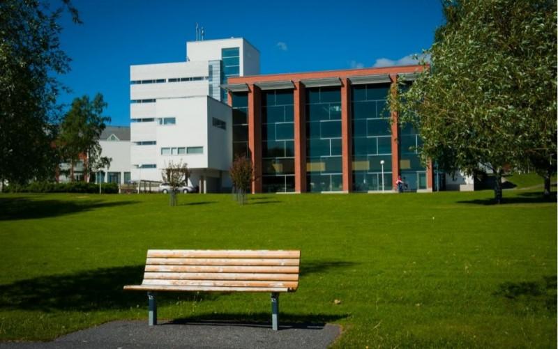– University Admissions Finland (UAF) -konsortiossa mukana olevista korkeakouluista Vaasan yliopistoon saapui keskimäärin eniten hakemuksia yhtä hakukohdetta kohden jo toisena vuotena peräkkäin, sanoo kansainvälisten asioiden suunnittelija Tiina Rolser.